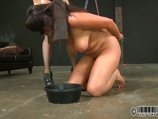 Tormenting gark-haired luscious's vagina with toy